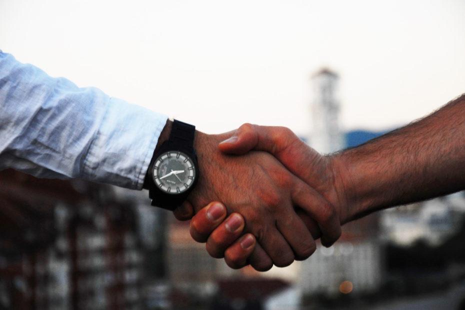 Deux professionnels qui se donnent une poignée de main
