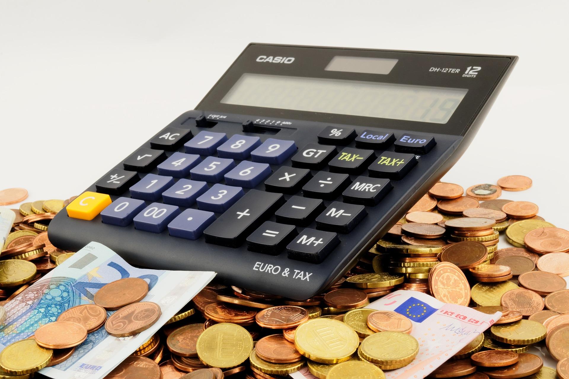 Calculatrice et pièces de monnaie
